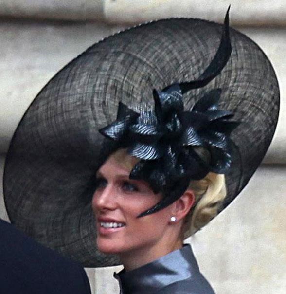 Zara Phillips com chapéu de Philip Treacy