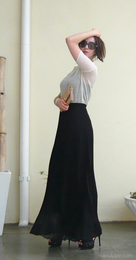 Blusa metalizada e saia longa preta