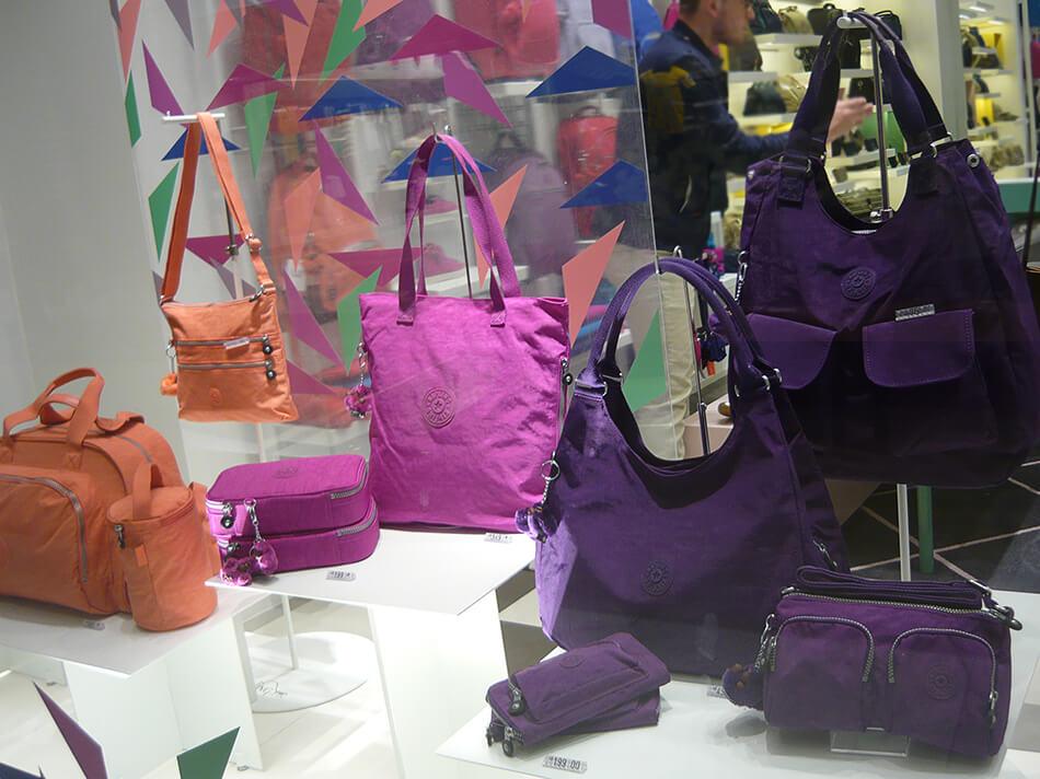 Olha só algumas das novas cores na vitrine da loja da Kipling do Pátio Batel em Curitiba.