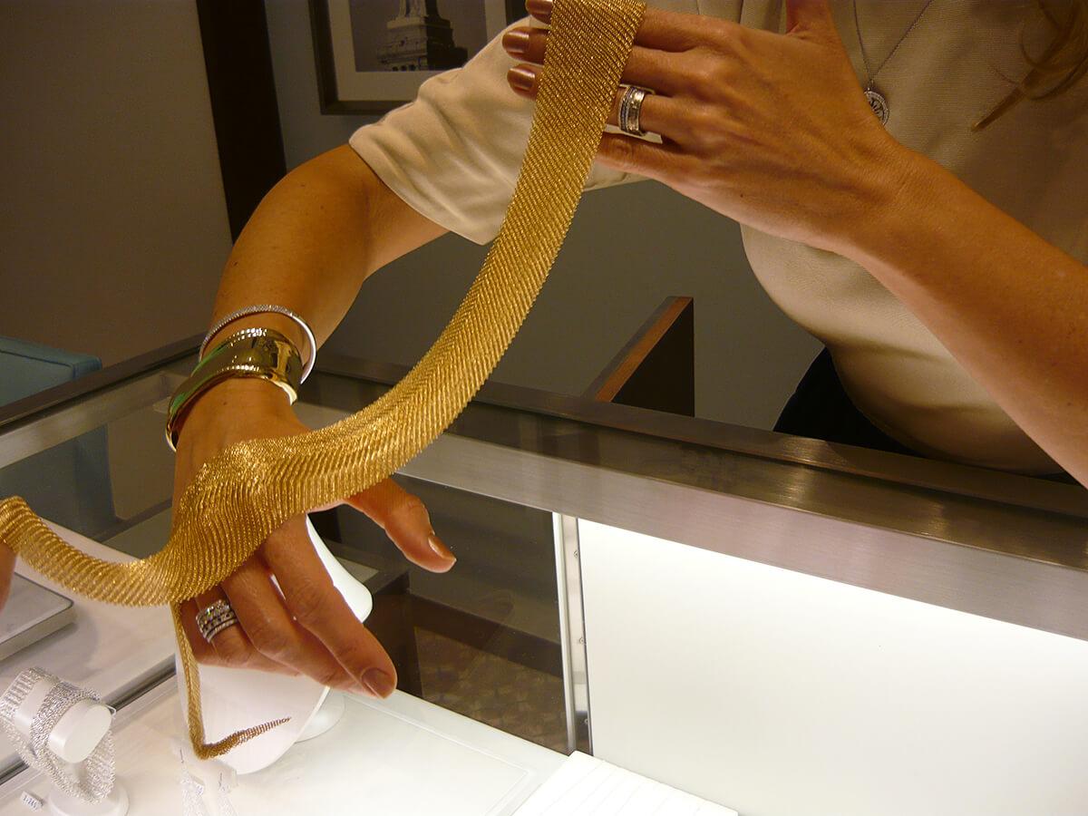 Malha de ouro Elsa Peretti na Tiffany & Co. em Curitiba