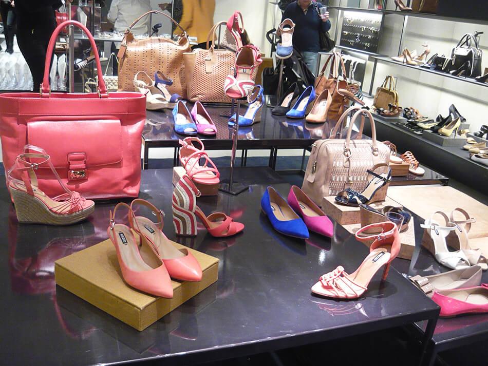 Bolsas e sApatos em tons coloridos no lançamento de Alto Verão 2014 da Arezzo em Curitiba