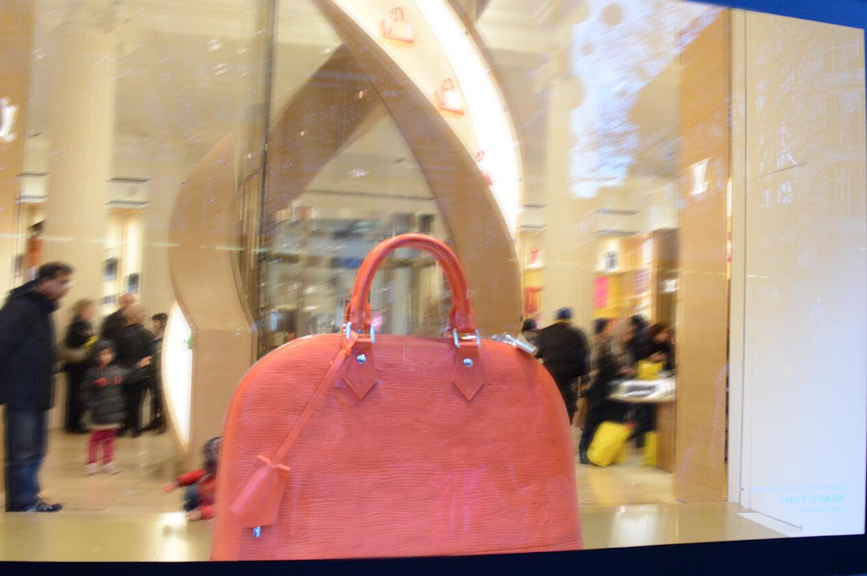 Bolsa Alma na vitrine da Selfridges em Londres
