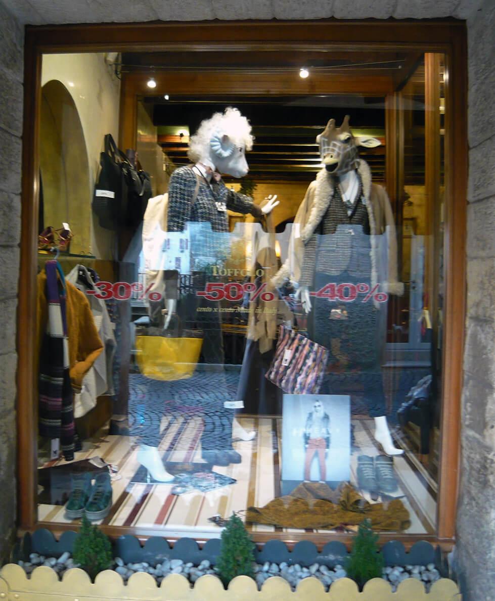 Vitrine criativa de loja em Asolo na Itália