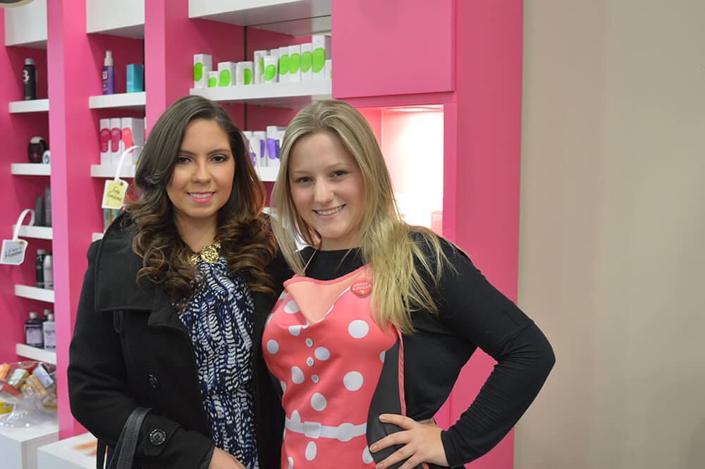 Minha irmã, a Juliane, e a maquiadora Bruna na Fever Beauty.
