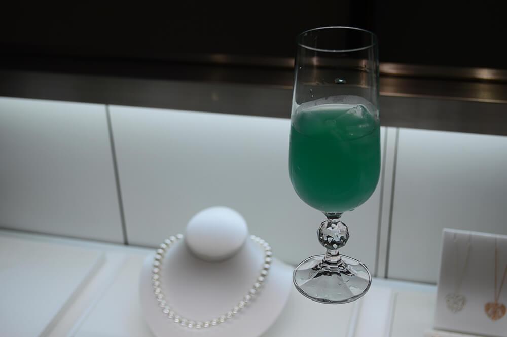 Drink na cor da Tiffany na loja do Pátio Batel em Curitiba