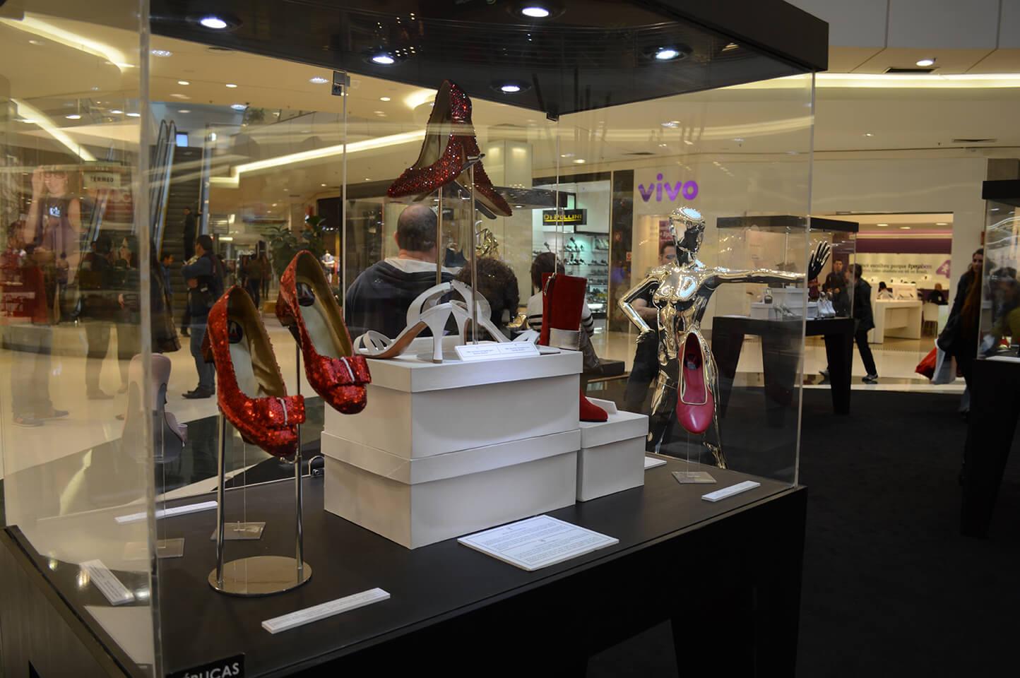 Sapatos antigos na exposição A História do Sapato no ParkShopping Barigüi