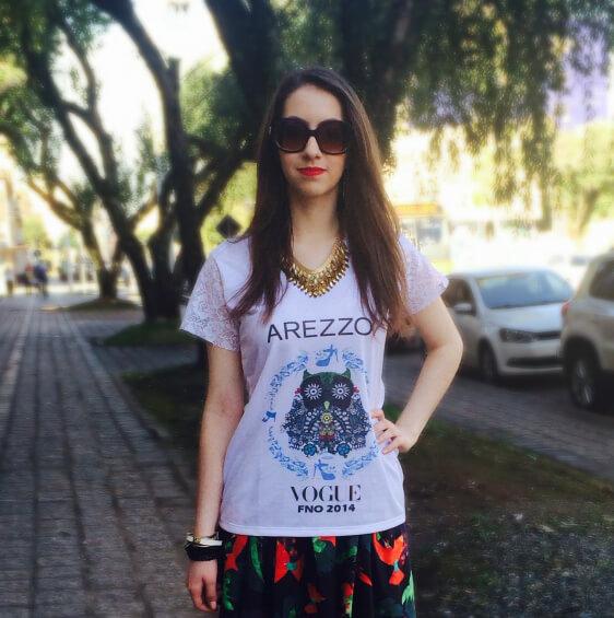 Manu Luize em look com a T-shirt criada pela Bendita Catarina em parceria com a Arezzo
