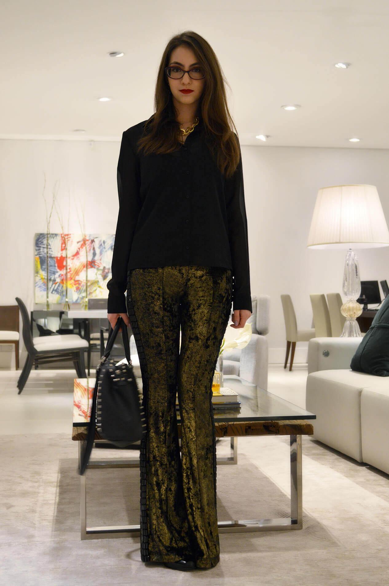 Look da noite: Calça dourada e camisa preta