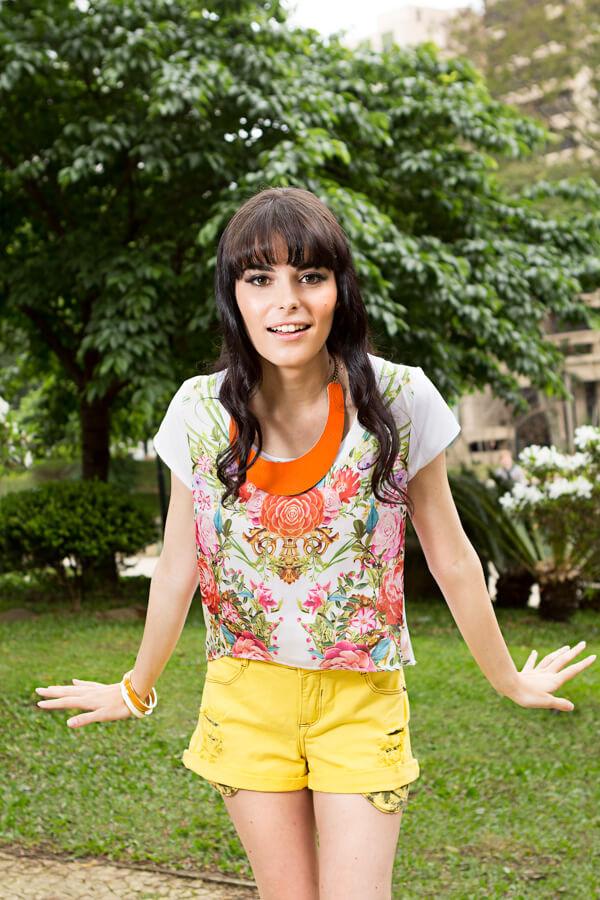 Blusa floral e short amarelo para o verão