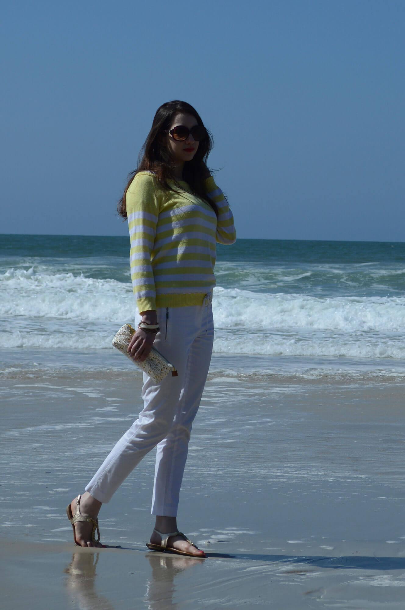 Look do dia na praia: Calça branca e tricô listrado