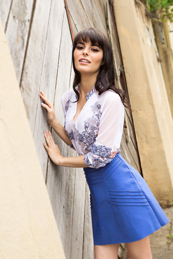 Look saia azul e camisa para o verão