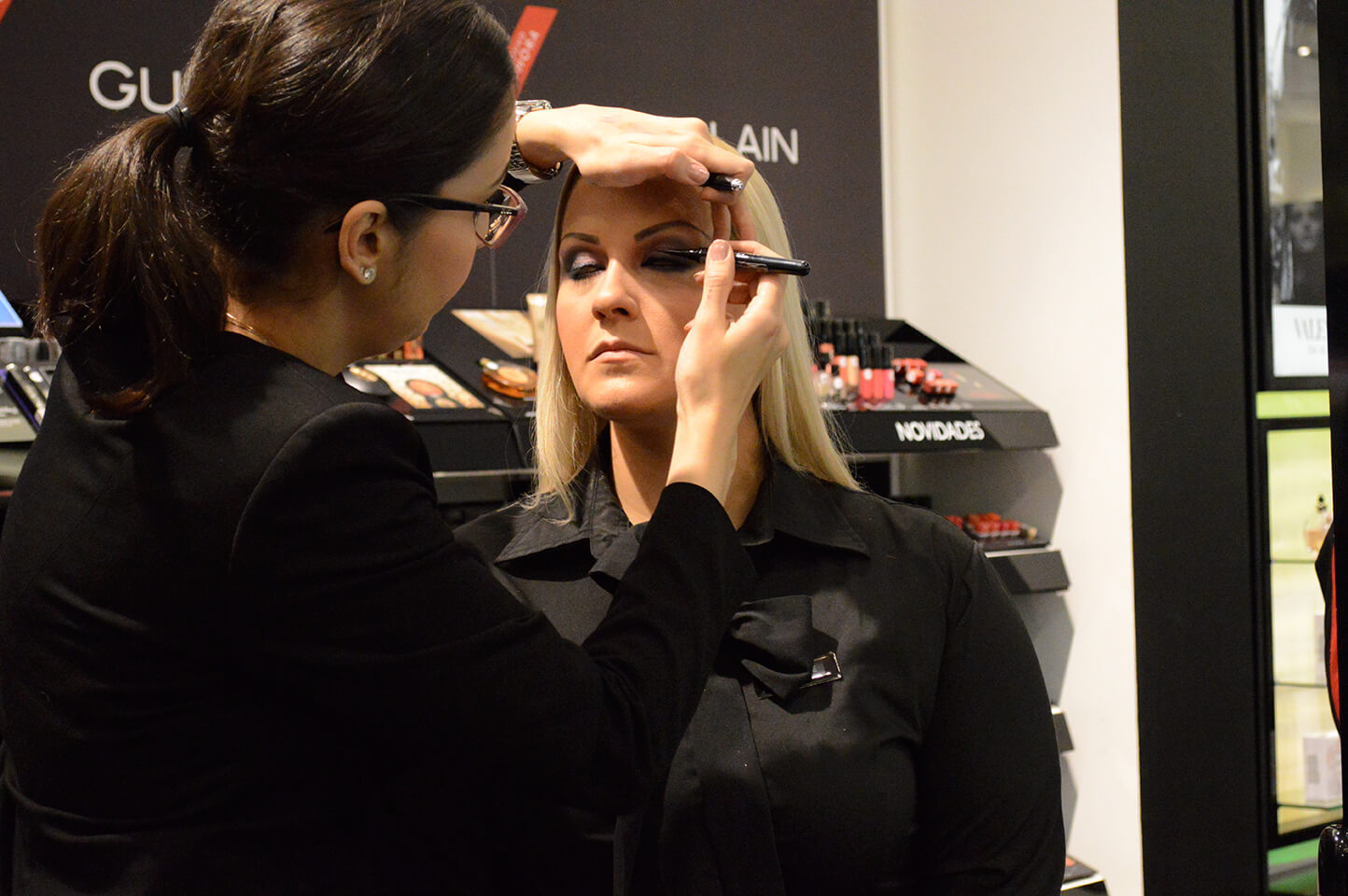 A maquiadora usa o delineador Magic Marc'er