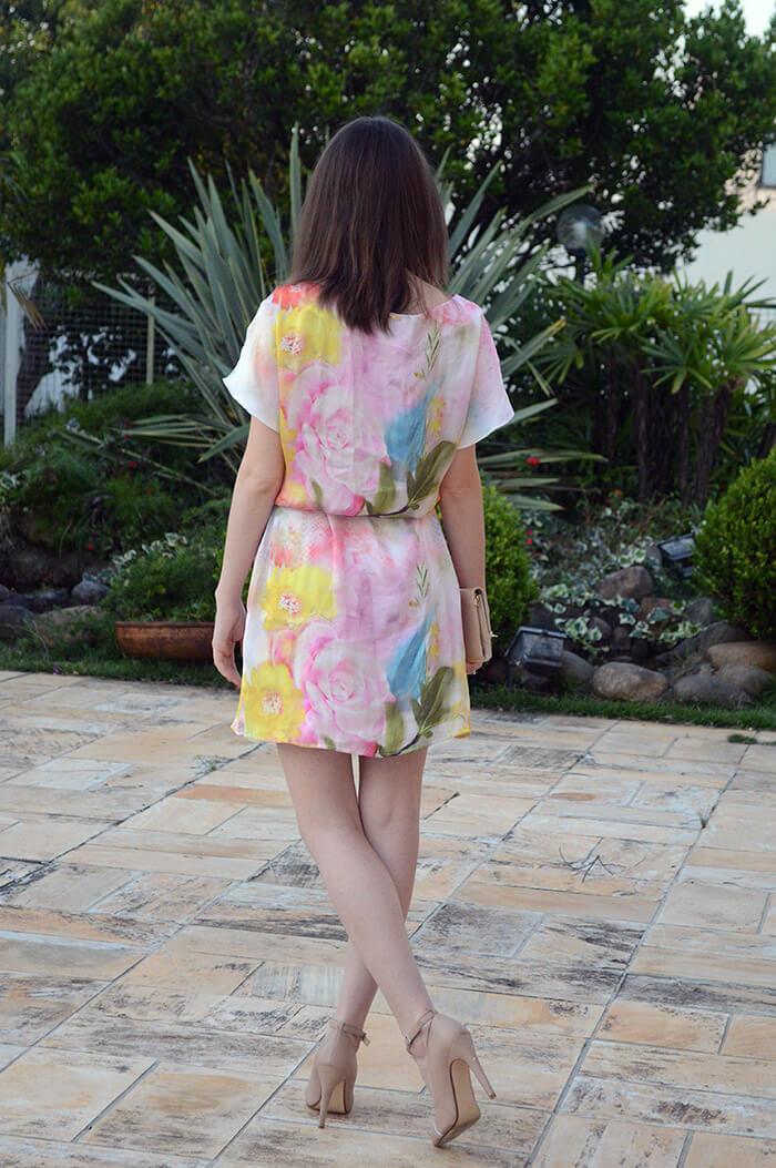 As costas do vestido estampado da Dimy