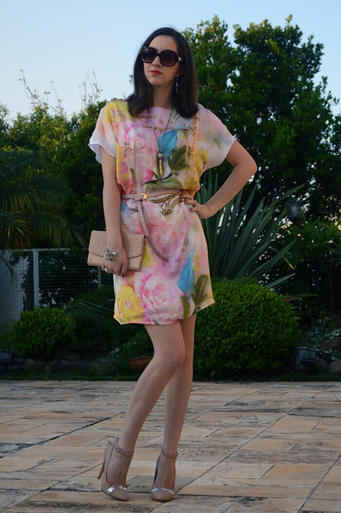 Look com vestido floral, tendência do verão