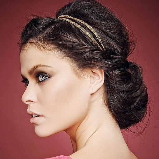 Ideia de penteado para festa: coque e tiara