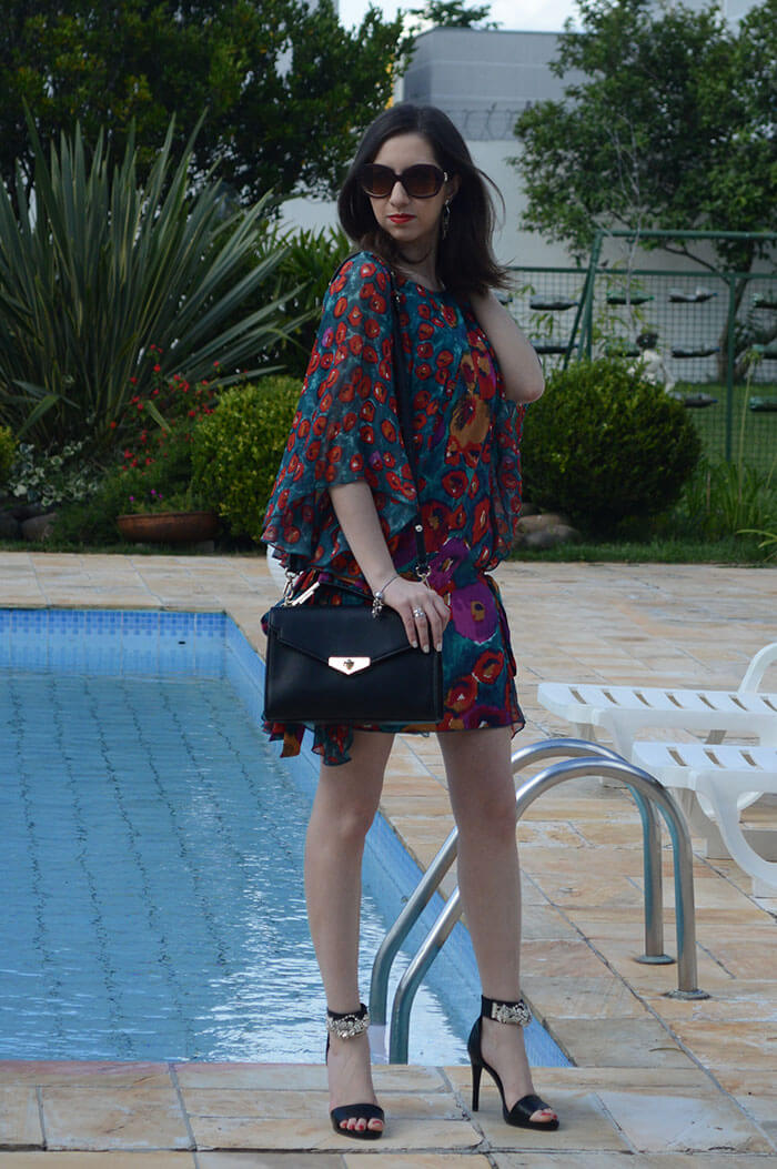 Look do dia: Vestido com maxi estampa colorida