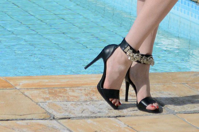 Sandália preta de salto alto e strass