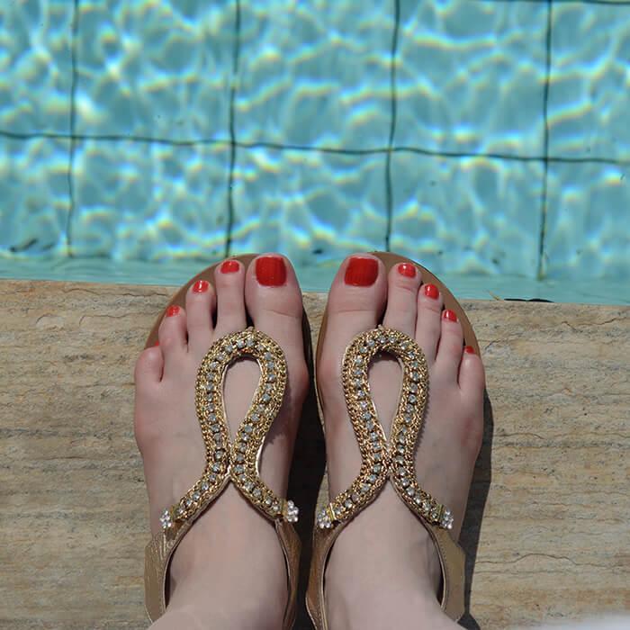 Rasteirinha e esmalte Vermelho Hot nos pés