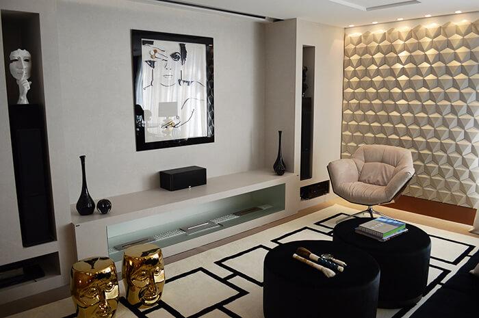 Sala de estar com decoração em preto e branco