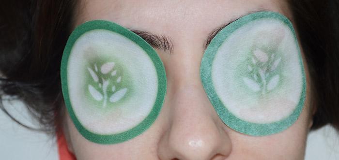Usando as rodelas de pepino nos olhos