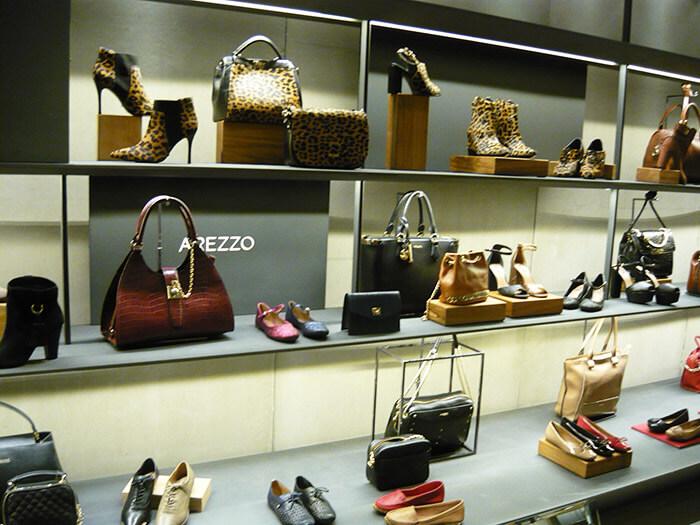 Oncinha no Inverno da Arezzo: Bolsas e botas estampadas