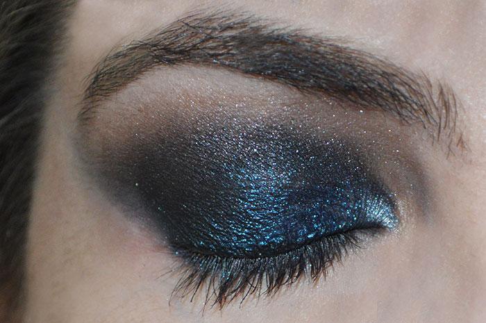 Olhos com sombra azul e preta