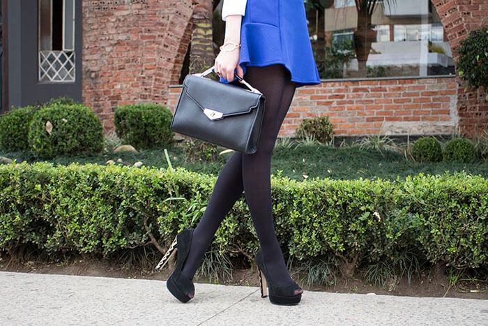 Saia azul com meia-calça