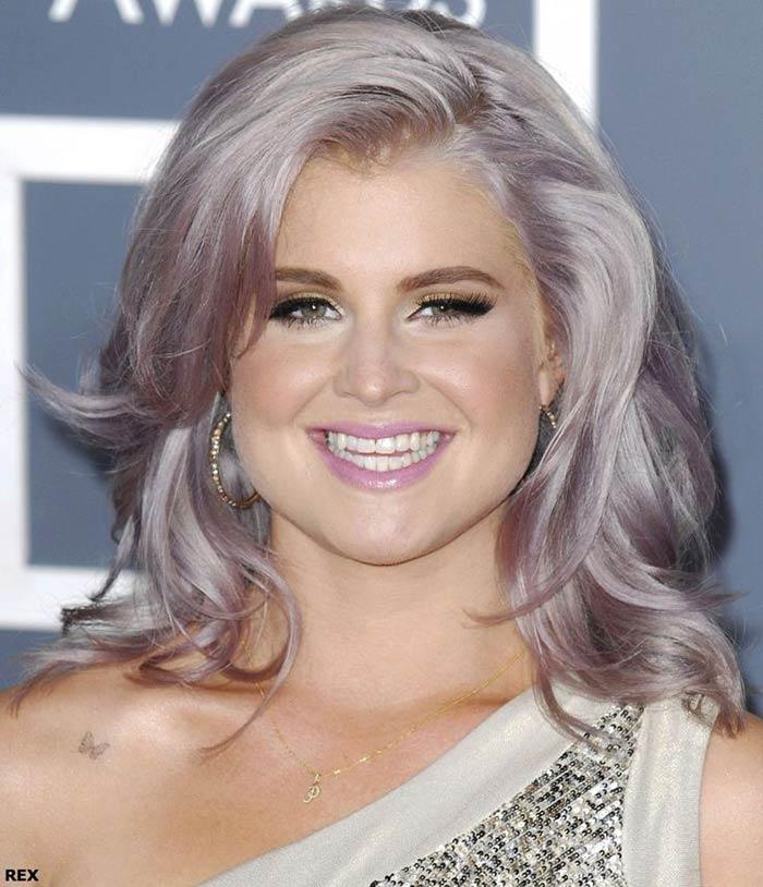 Kelly Osbourne de cabelo cinza