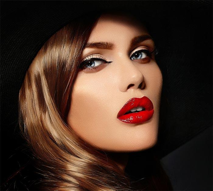 Maquiagem delineado e batom vermelho