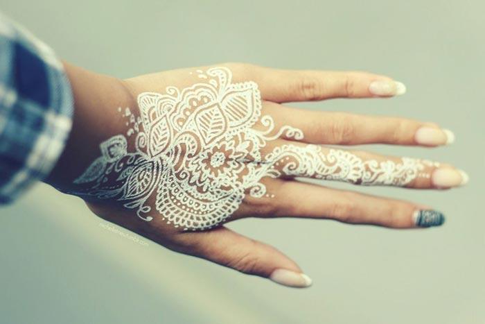 Tatuagem branca na mão