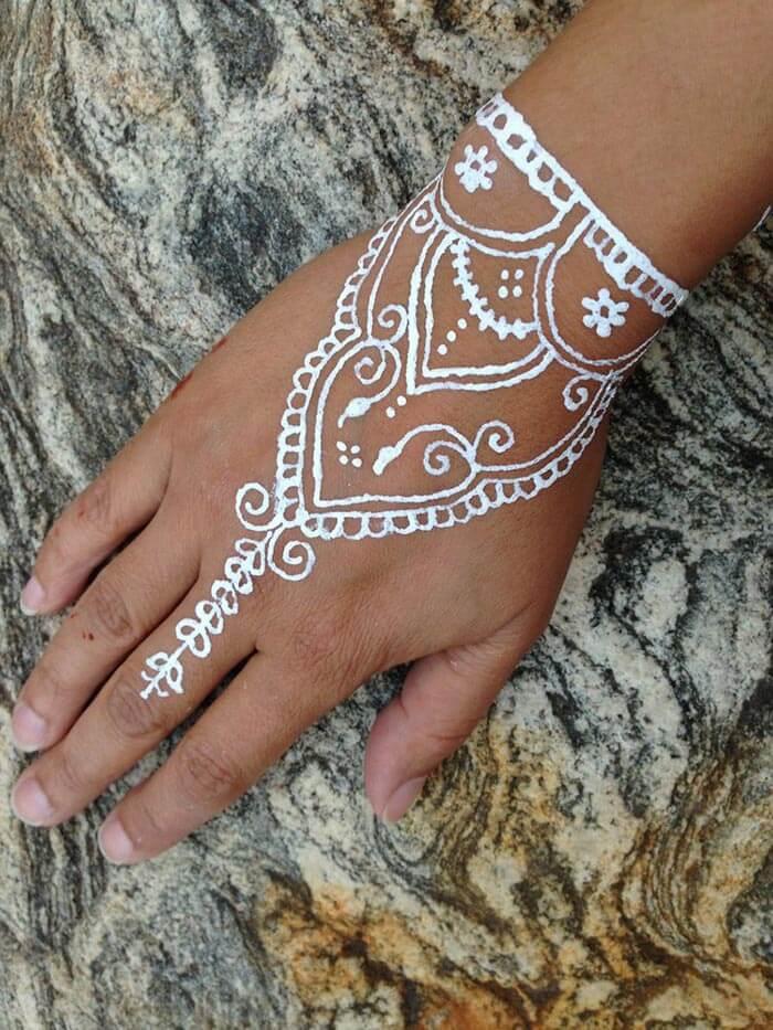 Tatuagem com tinta branca