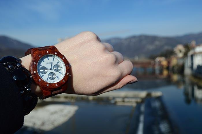 Relógio de madeira Jord no look