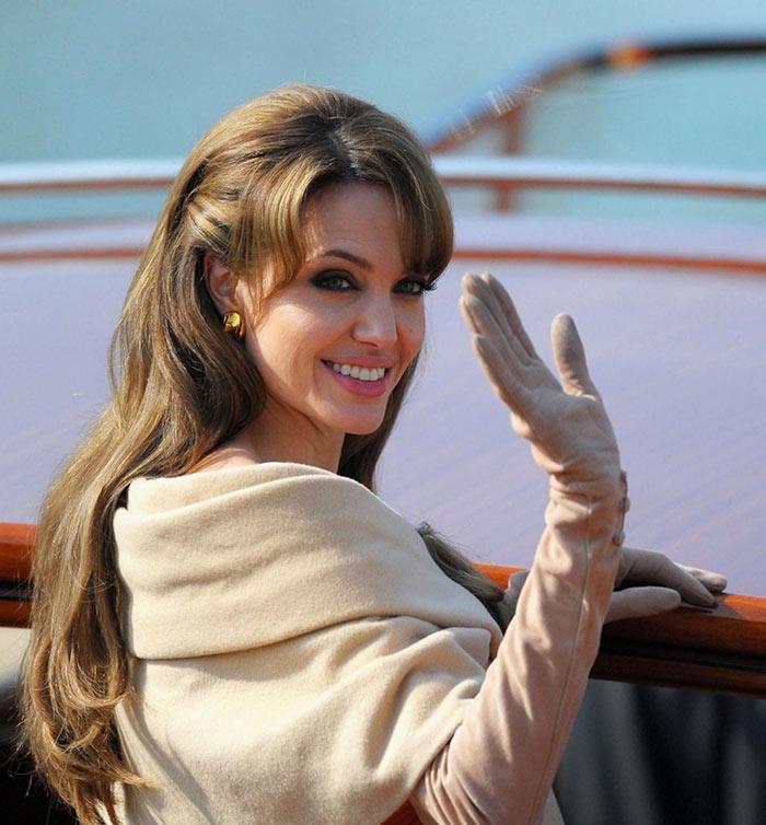 Corte de cabelo longo com franja: Angelina Jolie