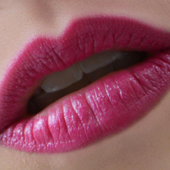 Lábios com o lápis batom cor Morango do Spa das Sobrancelhas