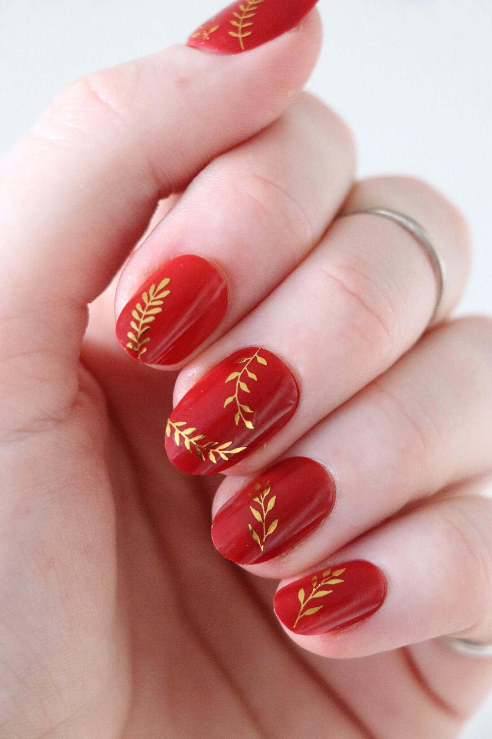 Unhas vermelhas com dourado
