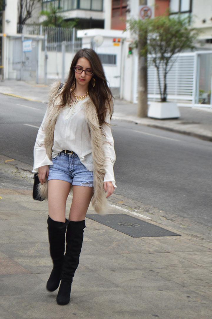 Look com short jeans e colete de pelo