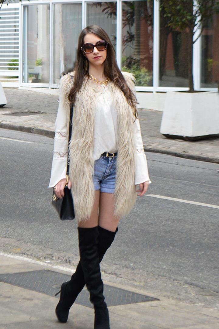 Look Manu Luize - Shorts jeans e colete de pelo