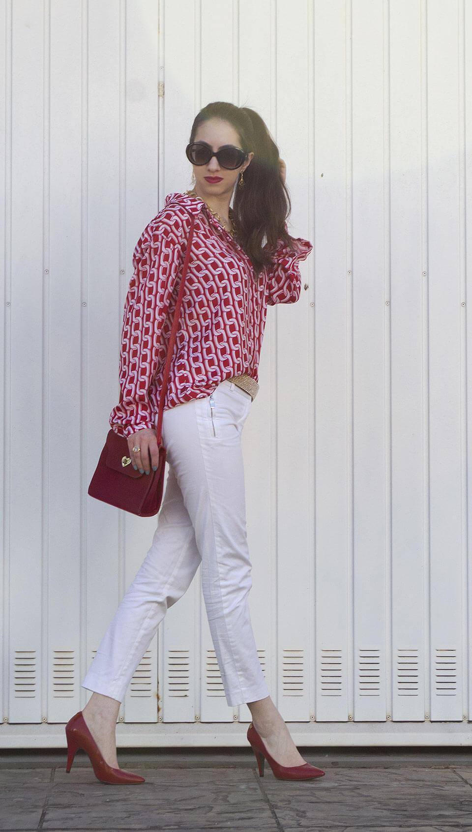 Look com calça branca e camisa vermelha