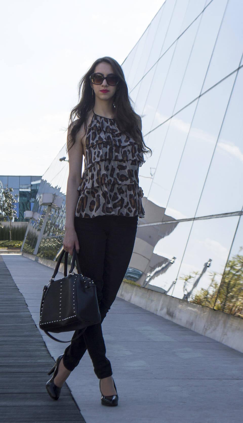 Look de verão com calça preta e blusa de oncinha