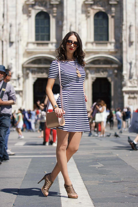 Look Vestido Listrado em Milão