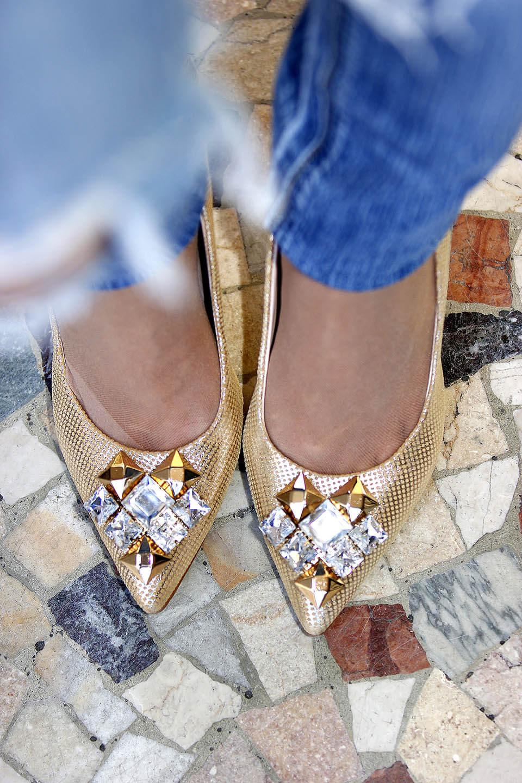 Sapato dourado com pedrarias