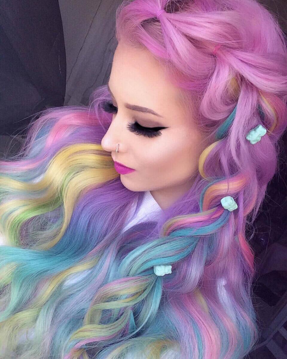 Cabelos coloridos em arco-íris