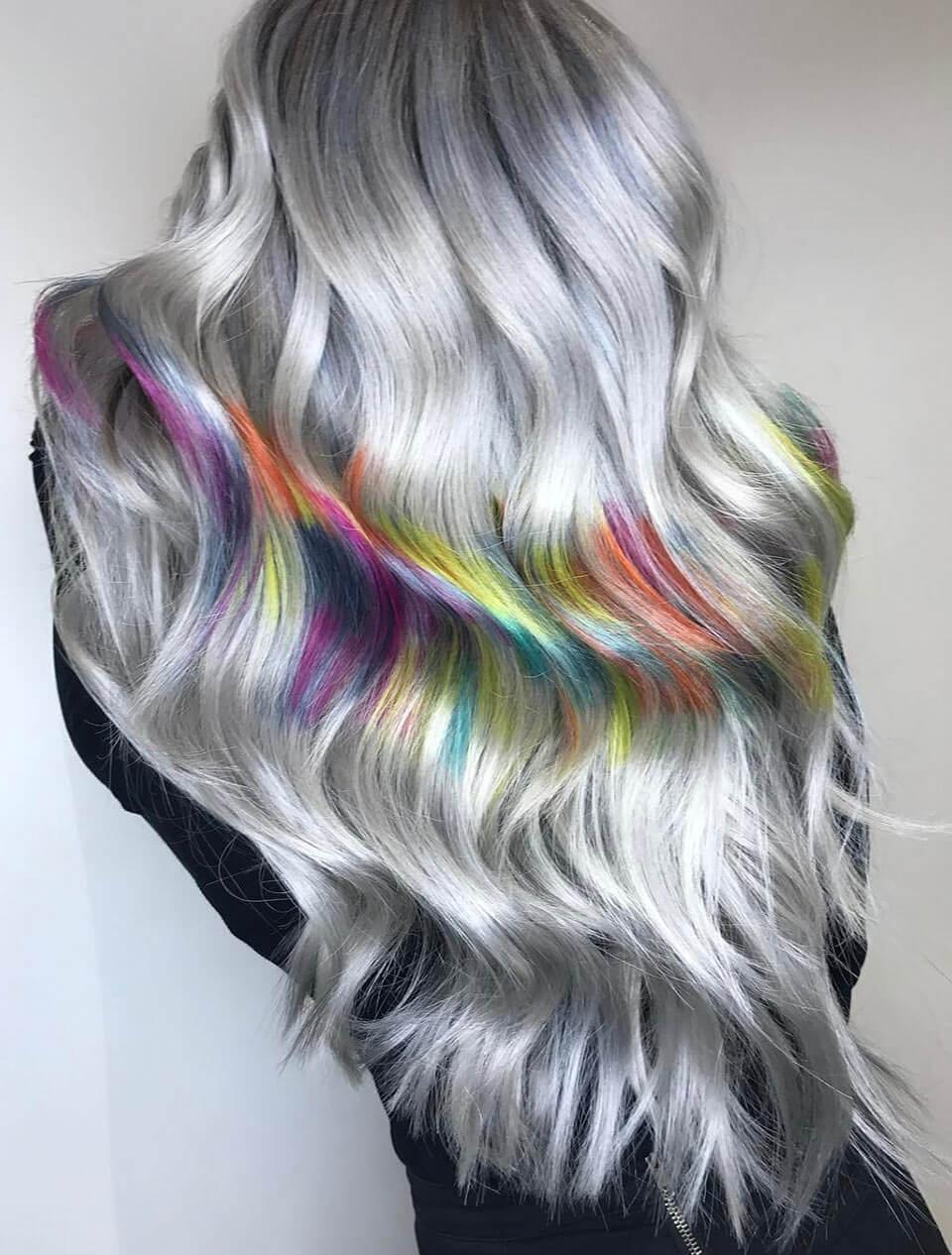 Cabelos coloridos em cinza