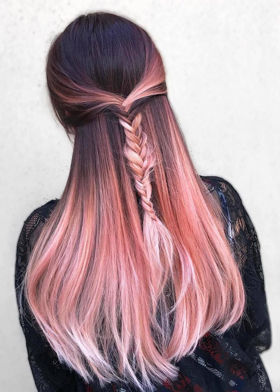 Cabelos coloridos em rosa claro