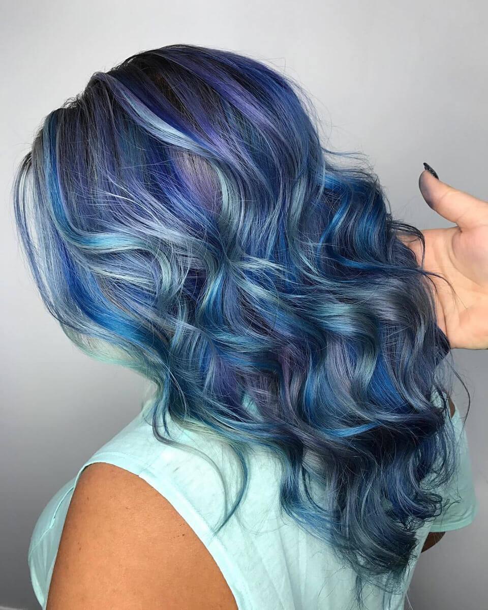 Cabelos coloridos em tons de azul