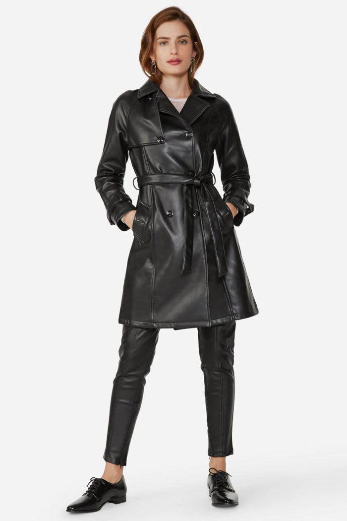 Look com trench coat de couro