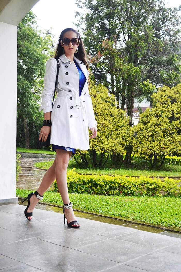 Trench coat branco com vestido