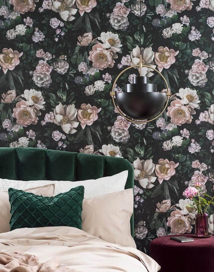 Papel de parede floral em quarto