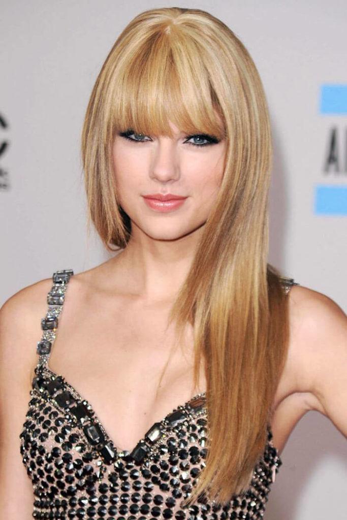Taylor Swift con taglio di capelli lunghi con frangia