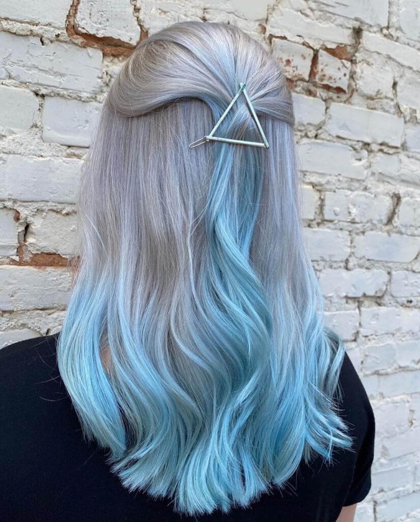 Cabelo cinza e azul claro
